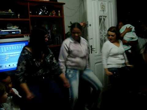 Dança do créu em família, com as mulheres frutas