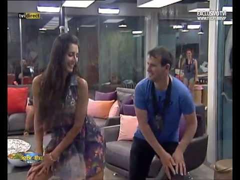 Kelly ensina a Tino a dança do créu