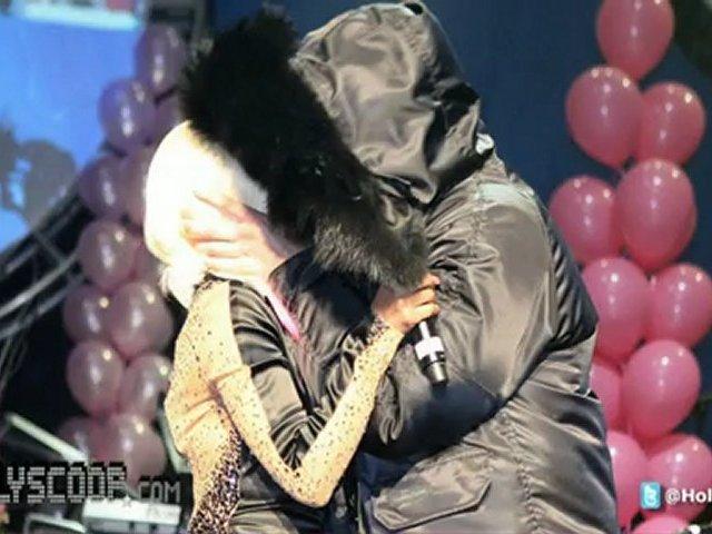 Nicki Minaj Gives Drake Lap Dance On Stage