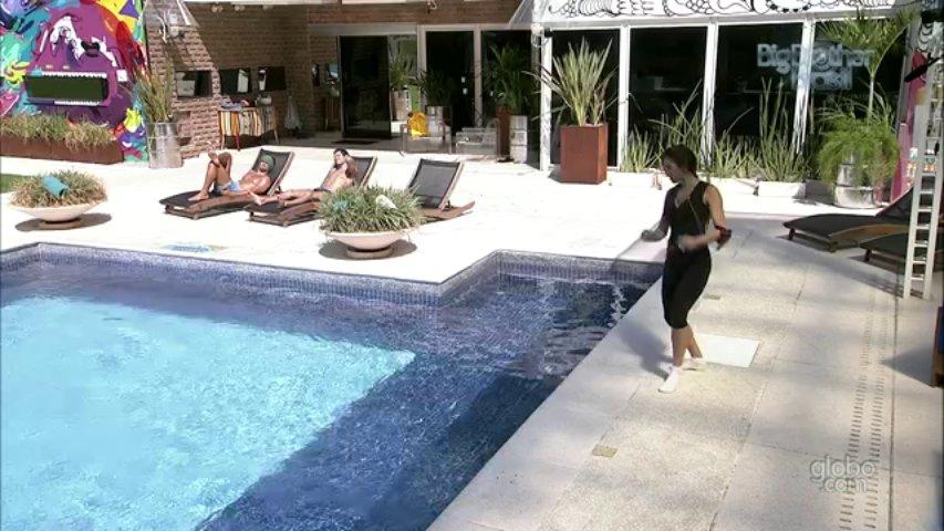 332. Kamilla dança música do 'É o Tchan' à beira da piscina
