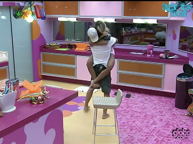 BBB 12 Fabiana dança valsa com Fael e pula no colo do brother