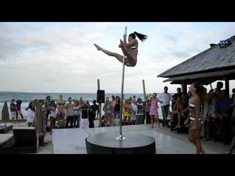 Marion Crampe & Manuela Carneiro Pole dance Show on the beach