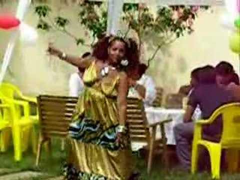 Lina – A extraterrestre dançando CREU – Alien dancing b