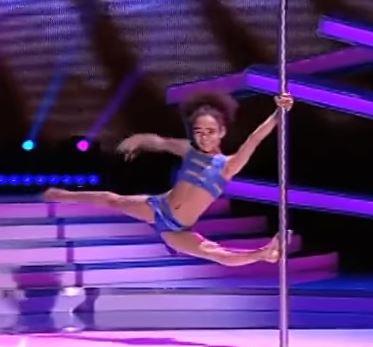 Niña de ocho años sorprende con su talento para el 'pole dance'