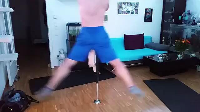 Mira cómo este gato y su dueño practican pole dance