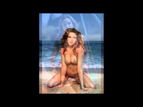 Kelly Brook shumë Spicy bikini Video