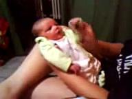 Clarinha dançando Créu aos 29 dias de nascida