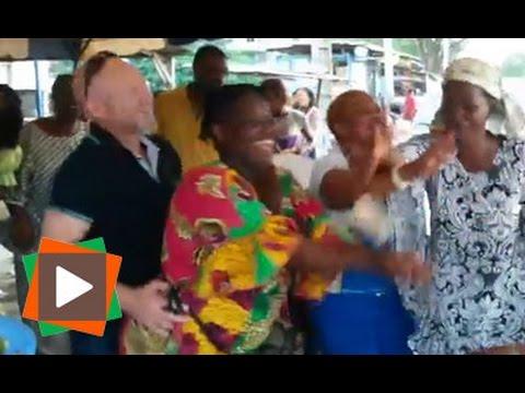 """Un européen fait le show au son du """"mapouka"""" à Marcory Sicogi, lors de la dot de sa fiancée"""
