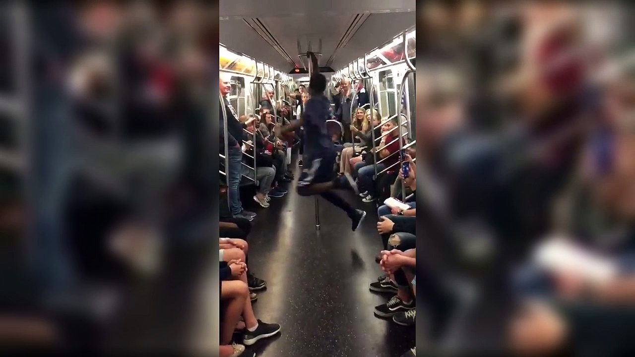 Pole dance dans le métro