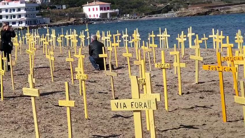 Apareixen centenars de creus grogues a El Port de la Selva