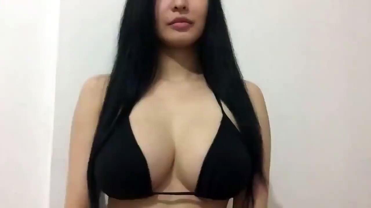 Cette femme asiatique réalise un Twerk avec ses seins
