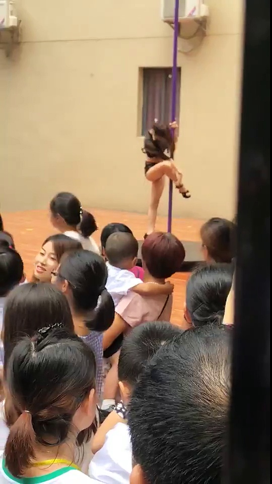 Un spectacle de pole dance pour des enfants de maternelle
