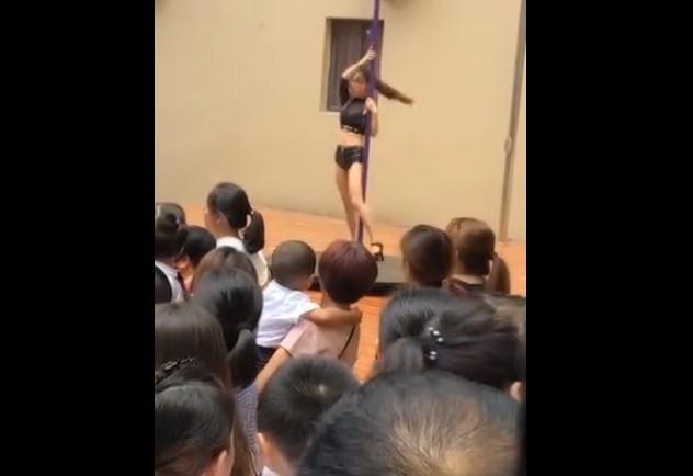 Un numéro de pole dance dans une école maternelle fait scandale