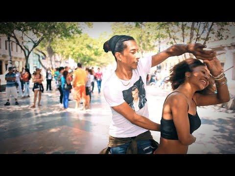 Salsa pura cubana en Prado de La Habana Cuba – Belleza Latina