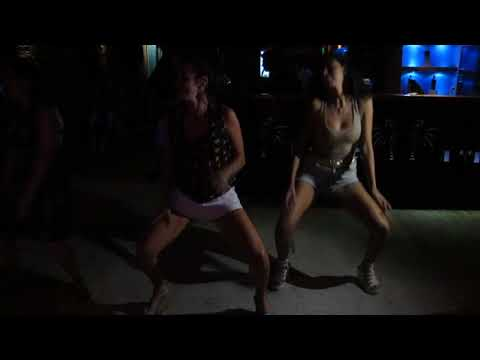 "Axé bailando – ""Dança do Créu"" (Mc Créu)."